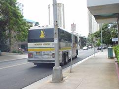 去っていくシャトルバス
