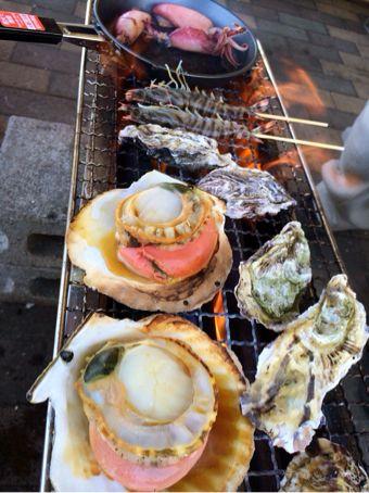 牡蠣などを焼いている